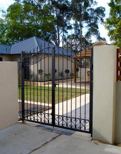 spearhead-and-heart-scroll-driveway-gate